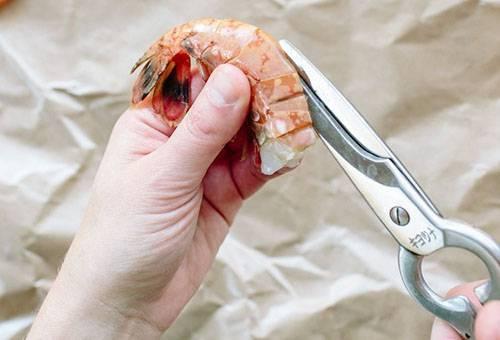 Разрезание панциря креветки ножницами