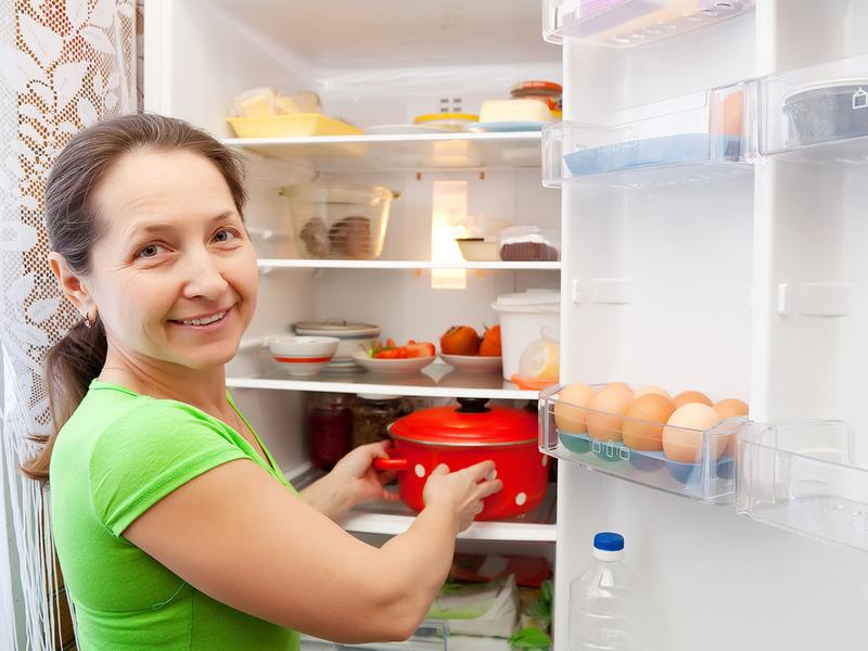 Почему опасно ставить в холодильник горячие блюда