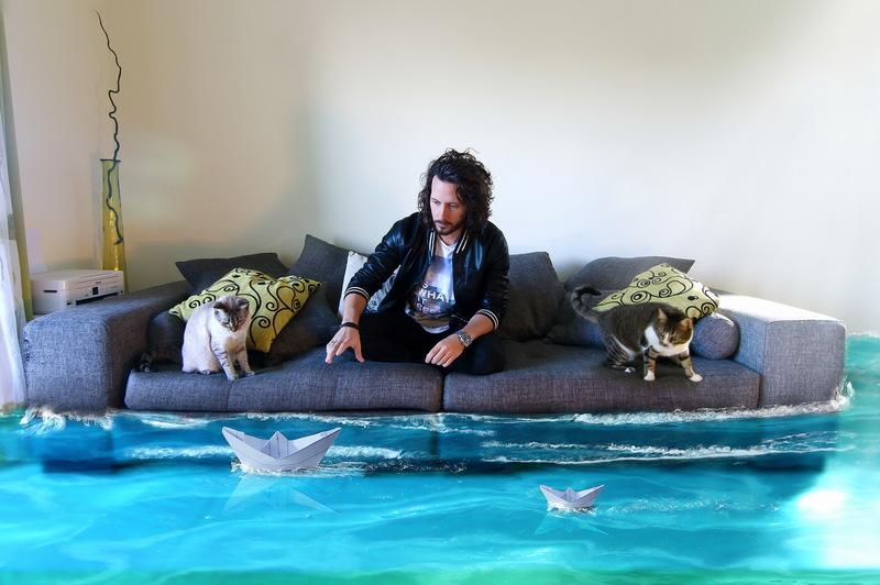 мужчина плывет на диване