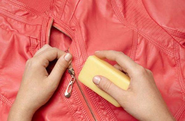 Как починить молнию на куртке, если она туго застегивается