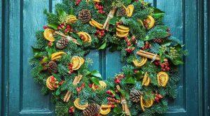 украшенная новогодняя дверь